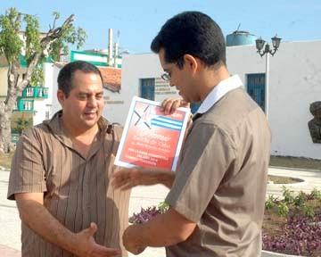 Uno de los periodistas holguineros premiados recibe su constancia (Foto: Edgar Batista Pérez)