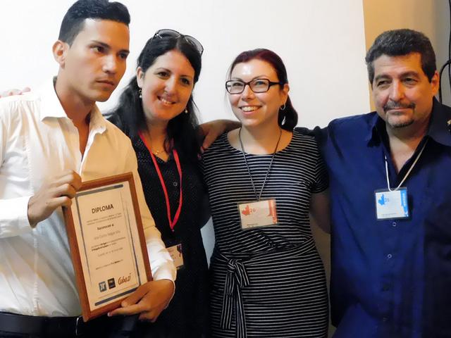 El joven Juan Carlos Roque Vila (izq.) resultó ganador del primer premio (Foto: YAG)