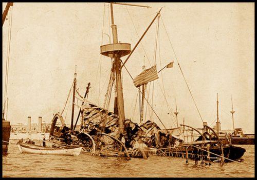 Así quedó el acorazado Maine luego de la tremenda explosión que sacudiera la tranquilidad del puerto habanero, en la noche del 15 de febrero de 1898