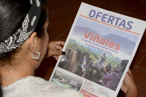 Asistente a la XXVI Feria Internacional del Libro de La Habana  lee el periódico Ofertas, durante su  presentación  en la fortaleza San Carlos de La Cabaña (Foto: Rafael Fernández Rossel /ACN)