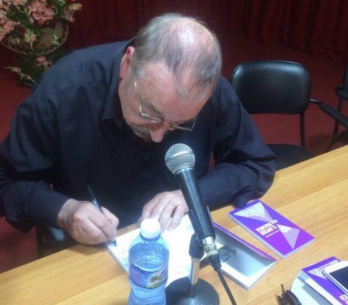 Ignacio Ramonet firmando ejemplares de su libro, en la Feria Internacional del Libro de La Habana (Foto: RME)