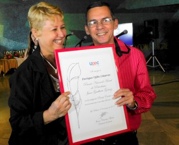 Enrique Ojito Linares, del periódico Escambray, recibe de Aixa Hevia, viceprimera de la Upec, el premio anual Juan Gualberto Gómez en prensa escrita (Foto: Yoandry Avila Guerra)