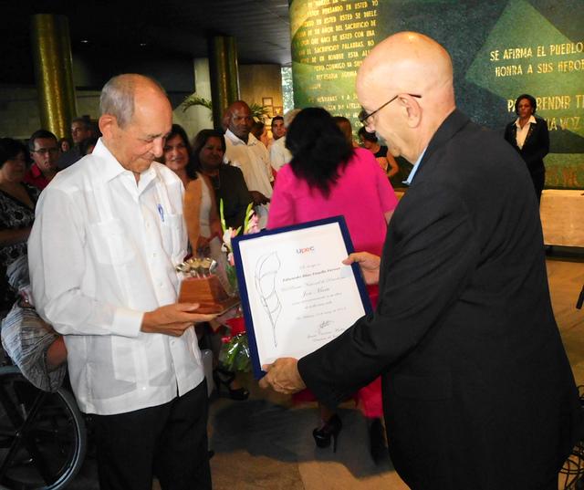 Eduardo Yassells (Izq.) recibe el Diploma del Premio Nacional de Periodismo José Martí, de manos de Antonio Moltó, presidente de la Upec (Foto: Yoandry Avila Guerra)