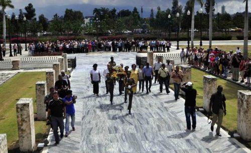 Homenaje a Martí y a Fidel en el Cementerio de Santa Ifigenia, en Santiago de Cuba, a nombre de todos los periodistas cubanos (Foto: Miguel Rubiera Jústiz/ACN)