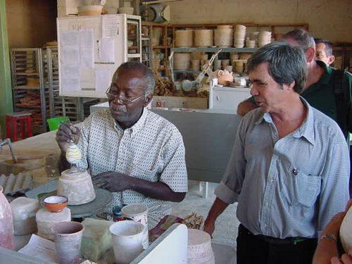 Manuel (d) en la Galería Taller de cerámica artística de Varadero, donde fue a parar cuando la crisis del Período especial, a inicios de los noventa, impactó de inmediato en la prensa cubana.