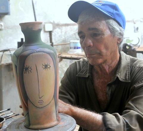 Manuel en su vertiente creativa de pintor y ceramista, al tiempo que mantiene su colaboración como caricaturista en el periódico Girón y otros medios de prensa (Foto: Lis García)