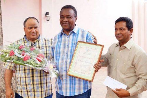 Martín Corona Jeréz (centro), ganador del premio periodístico por la obra de la vida en la provincia de Granma (Foto: MRC)