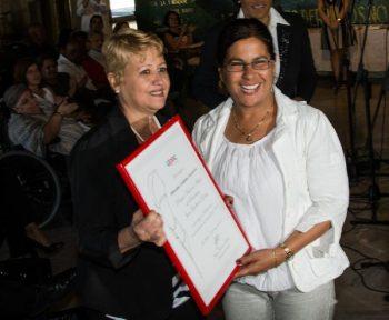 Minoska Cadalso Navarro (D), corresponsal de Radio Rebelde en Villa Clara, recibe el Premio Nacional de Periodismo Juan Gualberto Gómez en Radio por la Obra del Año 2016 (Foto: Marcelino Vázquez Hernández/ ACN)
