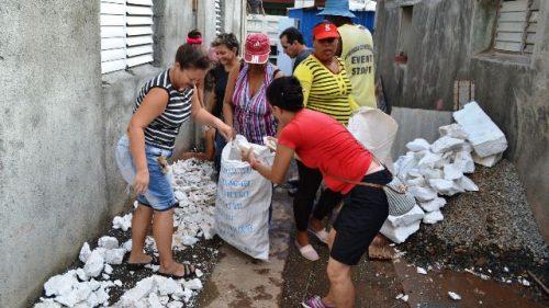 Periodistas de la emisora La Voz del Toa, de Baracoa, en trabajo voluntario de apoyo a damnificados por el huracán Matthew (Foto: Miguel Angel Sánchez Pineda)