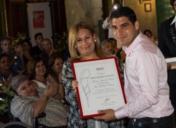 Wilmer Rodríguez Fernández (D), periodista del Sistema Informativo de la Televisión Cubana, recibe el Premio Nacional de Periodismo Juan Gualberto Gómez en Televisión por la Obra del Año 2016, de manos de Bárbara Doval (I), Vicepresidenta de la Upec (Foto: Macelino Vázquez / ACN)
