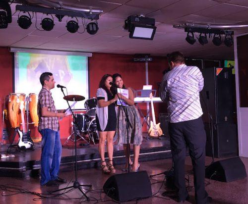 Hoy los profesionales de Radio Holguín celebraron en la Ciudad de los parques el 20 aniversario de la emisora. Foto: Cubaperiodistas