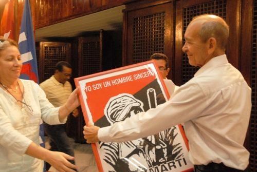 El periodista Eduardo Yasells, Premio José Martí, recibe un felicitación especial durante el acto por el Día de la Prensa cubana. Foto: Yoandry Ávila Guerra/ Cubaperiodistas