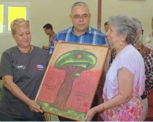 María Julia Guerra (d) recibe el Premio a la Dignidad, de manos de la vicepresidenta primera de la Upec, Aixa Hevia, en presencia de Luis A. Torres Iribar, primer secretario del Partido en Holguín (Foto: Edgar Batista)