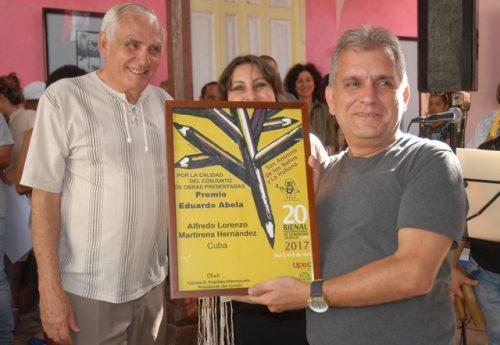 Alfredo Martirena (izq.), un peso completo de la nómina actual de caricaturistas cubanos, arrasó con varios premios en esta vigésima Bienal (Foto: Yoandry Avila Guerra)