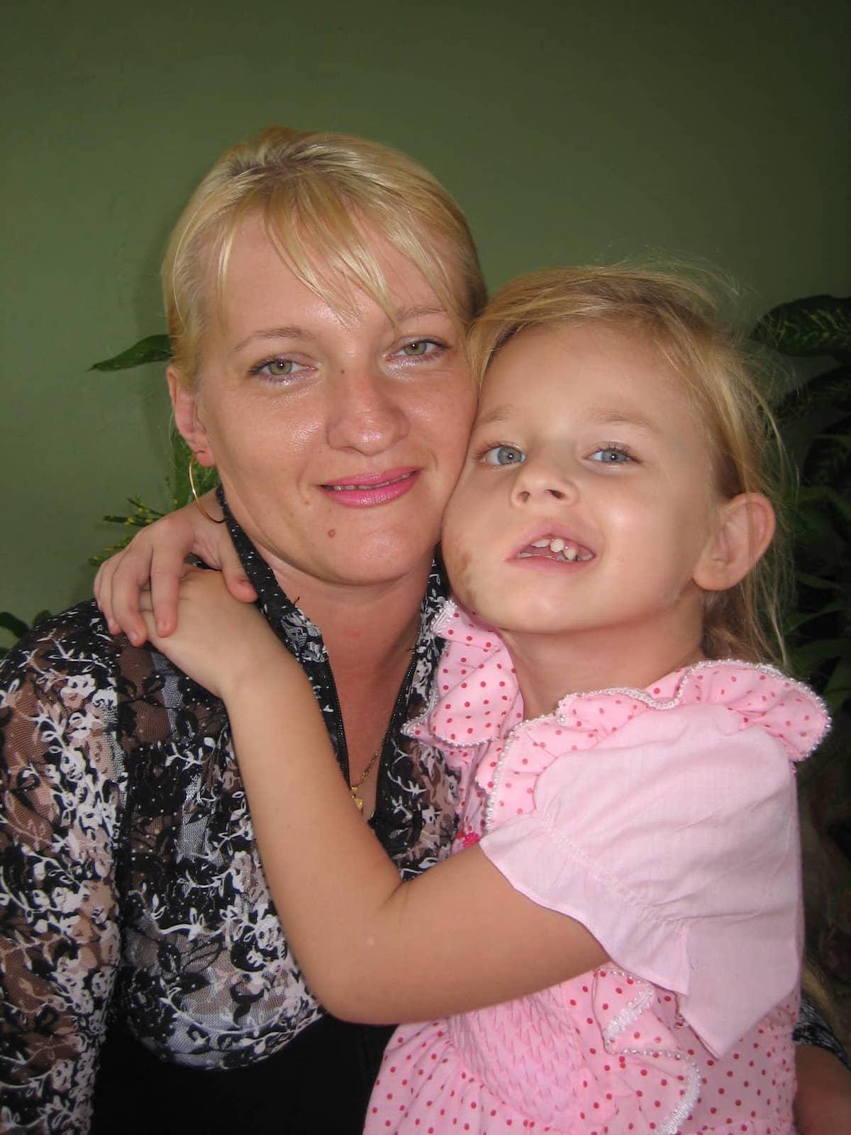Madre y niña de Chernobil en Tarará. Foto: Archivo médico cubano.