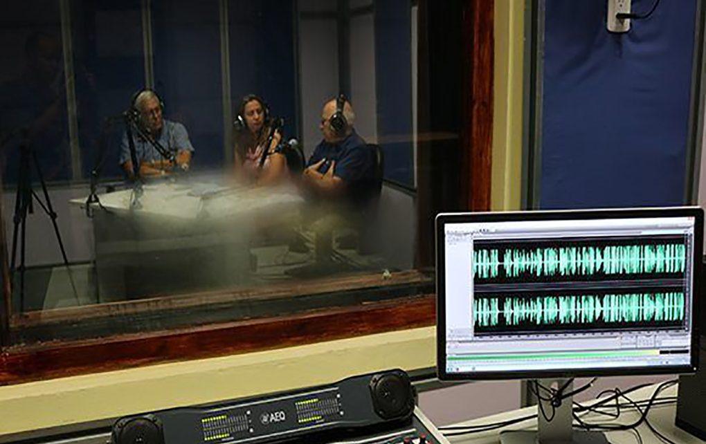 El podcast de Cubadebate desde el estudio de Nexos Radio, en la Facultad de Comunicación de la Universidad de La Habana. Foto: Edilberto Carmona/ Cubadebate.