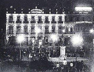 Vista nocturna de las grandes luminarias del Parque Central y el Hotel Inglaterra. La estatua de la Libertad que aparece alcentro sustituyóa la de la Reina de España Isabel II.(Foto Gómez de la Carrera)