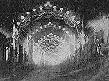 La calle Muralla adornada con arcos de bombillas eléctricas fue otra de las fotografías nocturnas publicadas en las páginas de El Fígaro. (Foto Gómez de la Carrera)