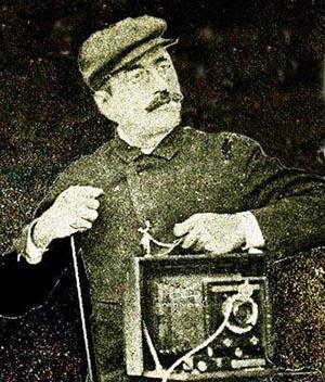 José Gómez de la Carrera con su cámara fotográfica